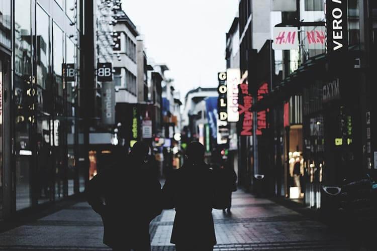 diseño-de-espacios-comerciales-calle-llena-de-tiendas
