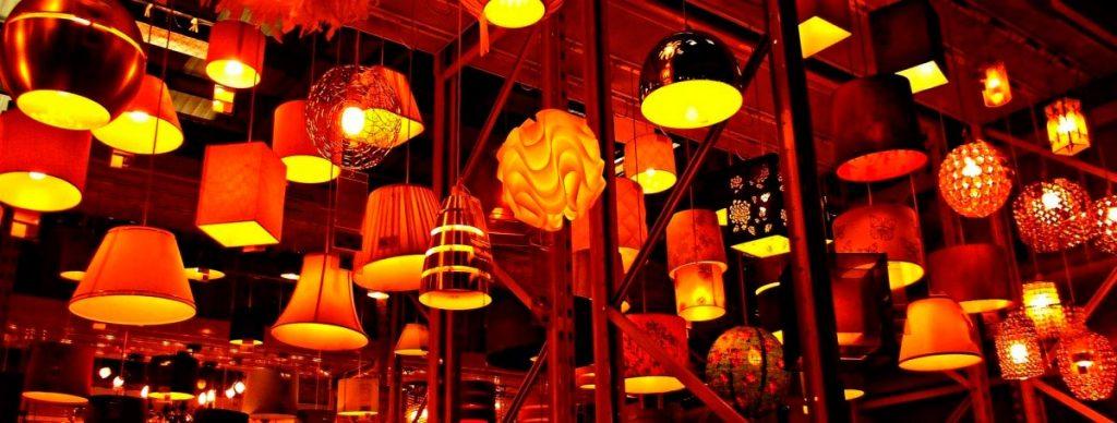 iluminacion-en-tiendas-muchas luces-tonos-calidos