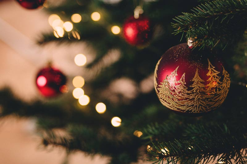 como-decorar-una-tienda-en-navidad-arbol