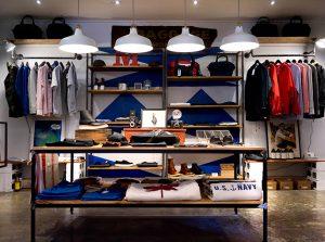 la disposición de productos es clave en el diseño retail. las 5 claves para mejorar la experiencia del cliente en diseño retail son conocer al cliente y ofrecerle una experiencia, la disposición de los productos, el correcto empleo de la iluminación, la inclusión de nuevas tecnologías y la sostenibilidad.