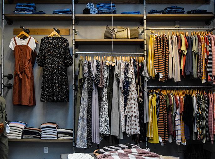 Decoración de tienda y mobiliario retail. En RC Projects Barcelona diseñamos, fabricamos in-house todos los elementos necesarios para crear un mobiliario desde cero. El objetivo es destacar de la competencia
