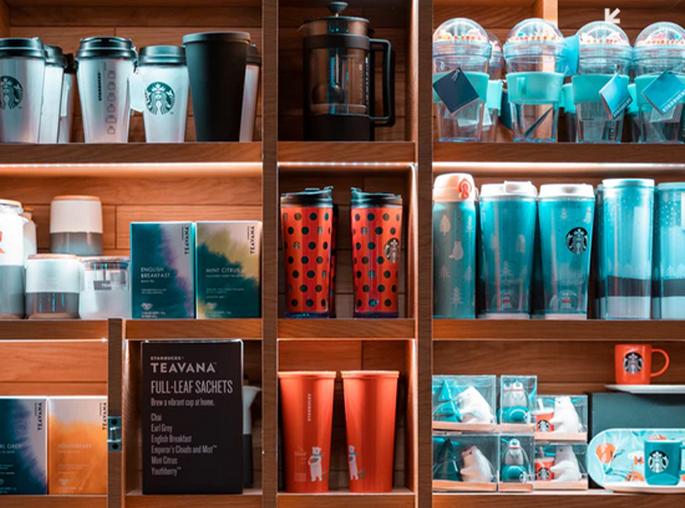 Las estaterías son uno de los elemetos más usados en diseño retail. En este caso Starbucks diseñó una estantería organizada y visualmente atractiva como parte de su mobiliario. Rc Projects diseño retail en Barcelona.